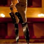 Bailarina com sapatilhas de balé presas em pontas de facas