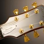 Guitarra elétrica AlumiSonic de alumínio e componentes dourados