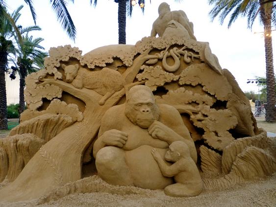 Escultura de família de gorilas