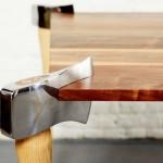 Machado de lenhador usado como perna de mesa de jantar