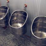 Barril de chope em aço inox adaptado como mictório para bares