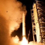 Perereca voadora quase vai pro espaço no rabo de foquete