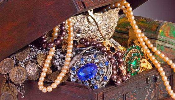 Esmeraldas, safiras e rubis