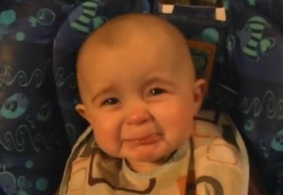 Bebê chora com a mãe cantando