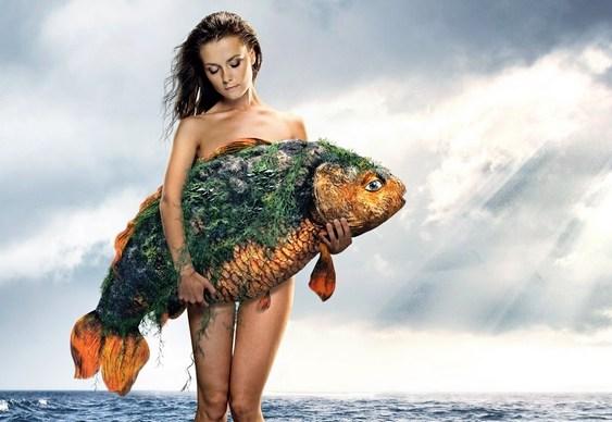 Garota com peixe no colo