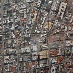 Mosaico de pedras cria ilusão de ótica de cidade vista de cima