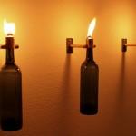 Tochas tiki decorativas feitas com garrafas de vinho recicladas