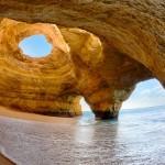 As divinas cavernas em falésias da Praia do Benagil, em Portugal