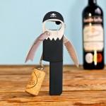 Saca-rolhas e abridor de garrafas com design inspirado num pirata