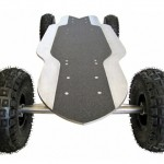 Skate elétrico com pneus 'all terrain' para andar na areia da praia