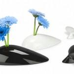 Os vasos de porcelana com a forma de baleias esguichando flores