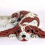 Esculturas realistas de cachorros com correntes de bicicletas