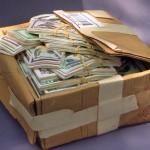 Maços de dinheiro entalhados em uma peça única de madeira