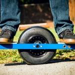 Onewheel: flutuando de skate elétrico com uma roda e pneu de kart