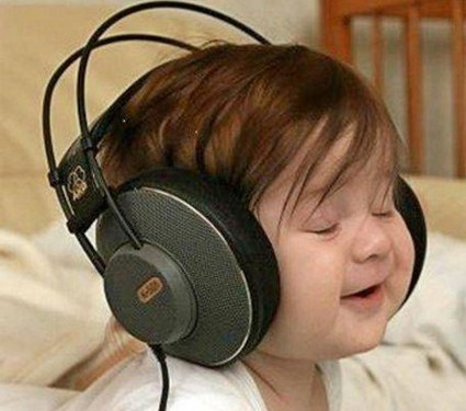 Criança de headphones