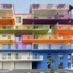 Prédios com pintura vibrante colorem as áreas sombrias urbanas