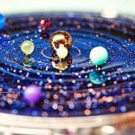 Relógio de pulso astronômico com a Terra e planetas do sistema solar