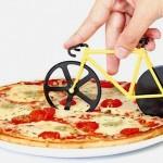 Cortador de pizzas com rodinhas de aço de uma mini bicicleta