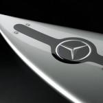 Prancha de surf da Mercedes-Benz é uma flecha de prata nas ondas