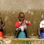 Crianças carentes sobrevivem tirando fotos de suas comunidades
