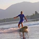 Prancha com motor a hélice para a prática do surf sem ondas