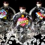 Artista cria rosto sobre crânio da garrafa de vodka Crystal Head