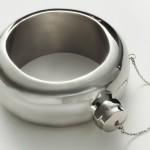 Garrafa de aço inox para bebidas com a forma de uma pulseira