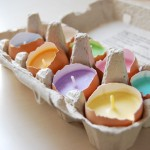 Velas coloridas em cascas de ovos para a decoração de Páscoa