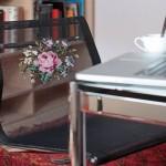 Rosas bordadas em ponto de cruz no encosto de cadeiras