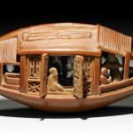 Escultura em caroço de azeitona de um barco cheio de gente