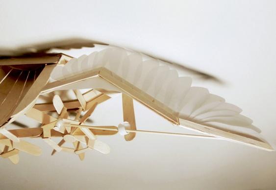 Passarinho de madeira em movimento
