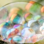 Gotas de água com aspecto de pedras preciosas e cristais coloridos