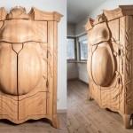 Besouro gigante entalhado nas portas de armário de madeira