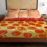 Colcha para cama de casal decorada como fatia de pizza gigante