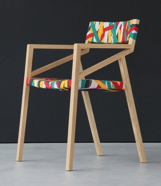 Cadeira forrada com cintos de nylon