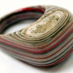Anéis de papel reciclado se transformam em belas joias literárias