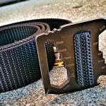 Fivela de cinto com ferramentas multiuso para situações de emergência