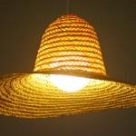 Chapéu de palha vira cúpula de luminária para casa de praia ou campo