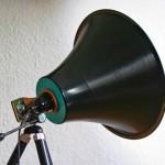 Spot refletor com disco de vinil sobre tripé de câmera fotográfica