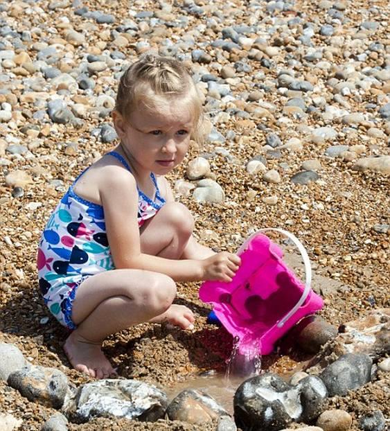 Praia sem areia e com pedregulhos