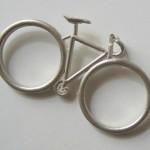 Réplica de bicicleta em miniatura inspira anel para dois dedos