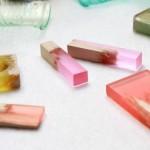 Joias e bijuterias de resina colorida com pedaços de madeira lascada
