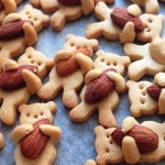 Biscoitos de ursinhos segurando nozes, amêndoas, castanhas e amendoins