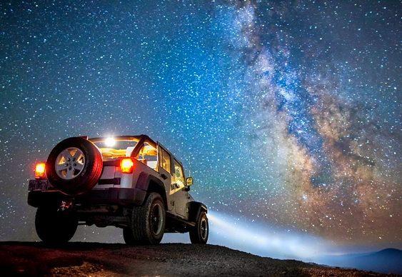 Jipe com céu estrelado