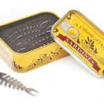Espetinhos para tira-gostos em estojos de latas de sardinhas