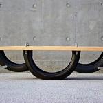 Banco de madeira se transforma em gangorra de pneus reciclados