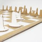 Jogos de xadrez montados com papelão ondulado e papel cartão