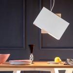 Luminária pendente de madeira também acende design e elegância