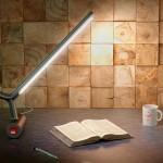 """Luminária de mesa com tubos em """"y"""" equilibrada por contrapesos"""