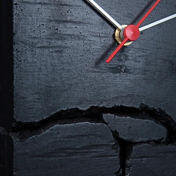 Relógio de cimento quebrado